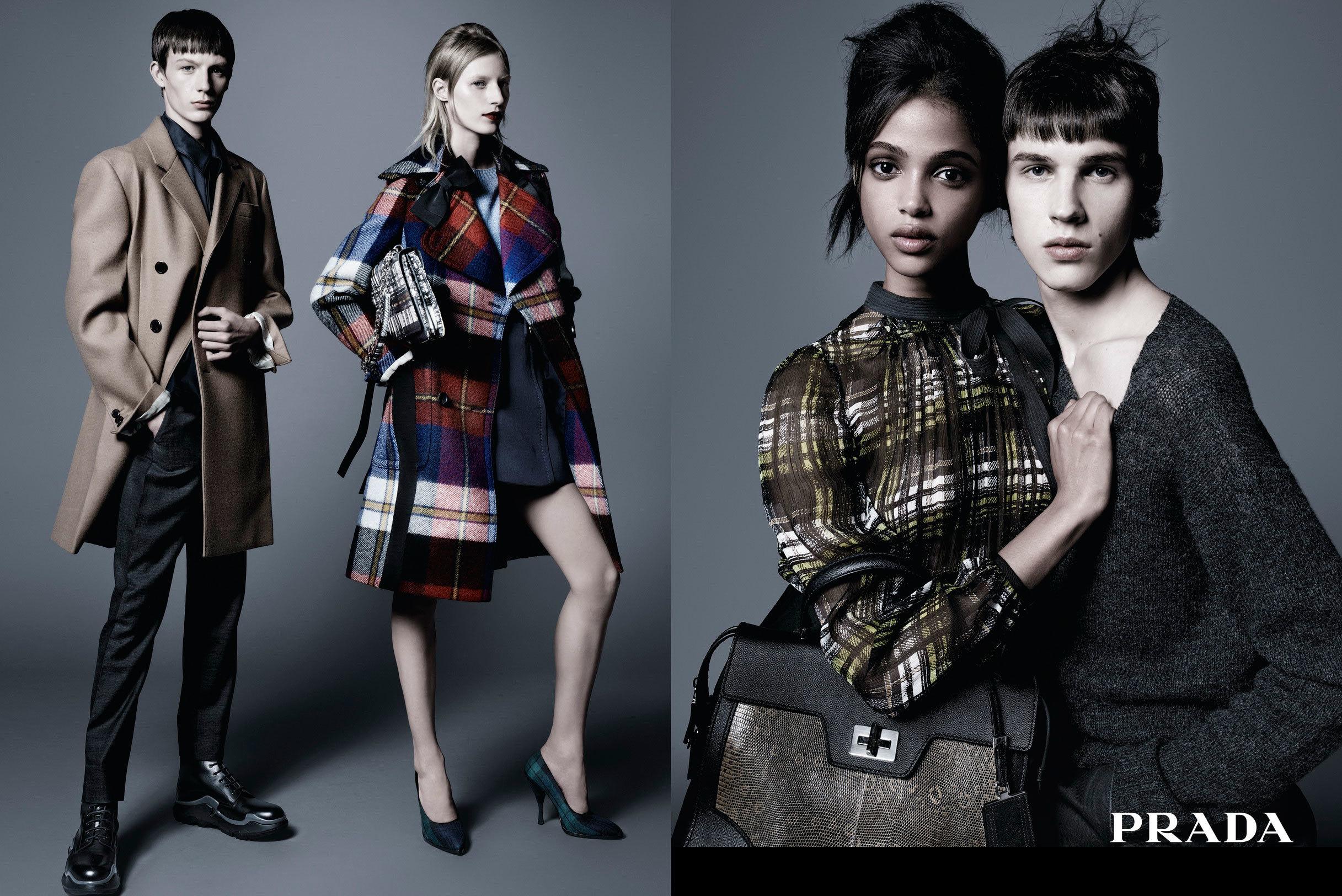 a2bb092110 El nylon negro, un favorito de Prada, protagoniza la colección, junto con  gabardinas de lana y minifaldas, jerséis tejidos y abrigos de cuero, ...