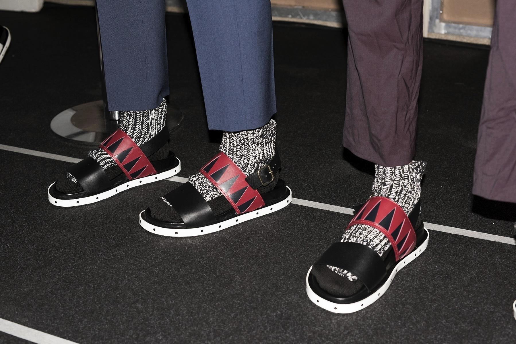 D Calcetines En A Con Moda Las I Están Milán La Sandalias Oficialmente LqSUpGzMV