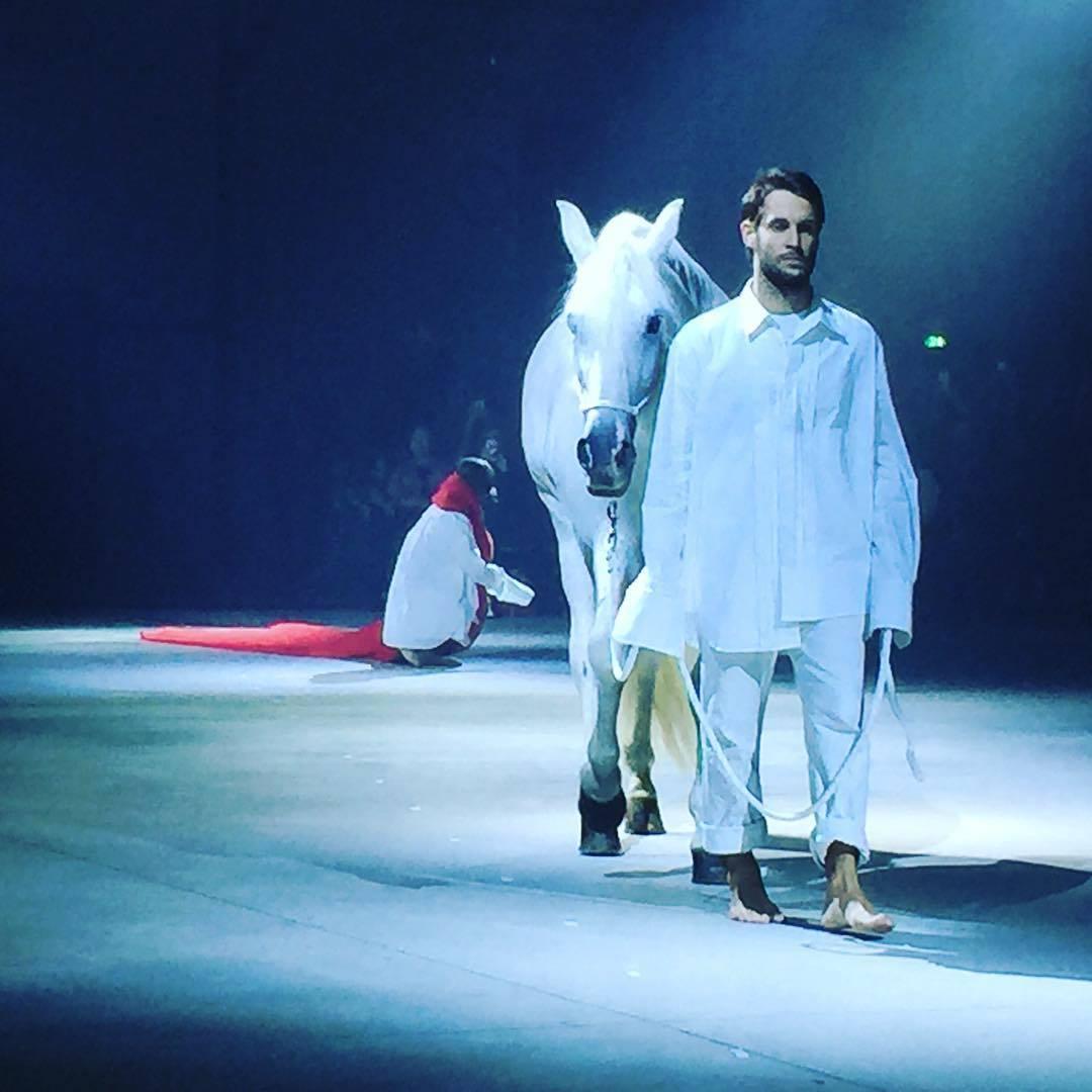 Tijdens de show van jacquemus liep er opeens een paard over de catwalk look i d - Simon porte jacquemus instagram ...