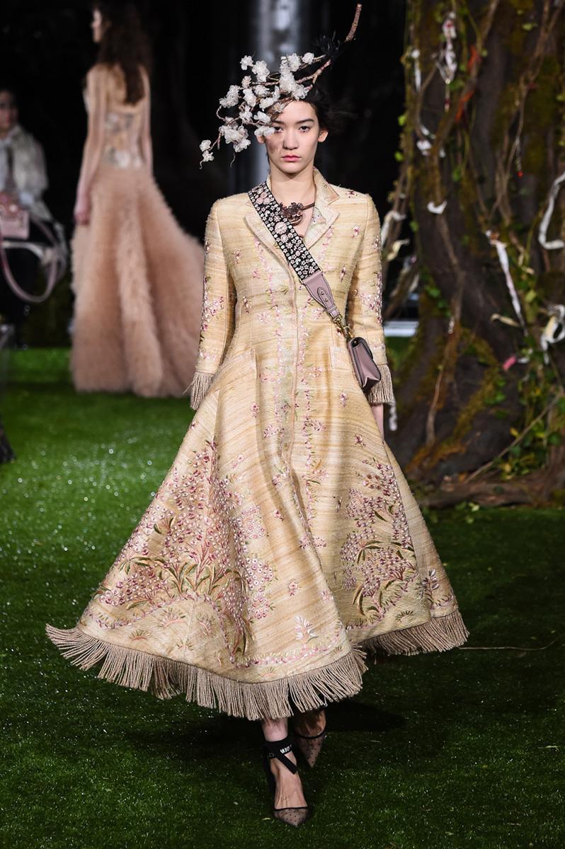 Maria grazia chiuri extends her dior haute couture for Modern haute couture