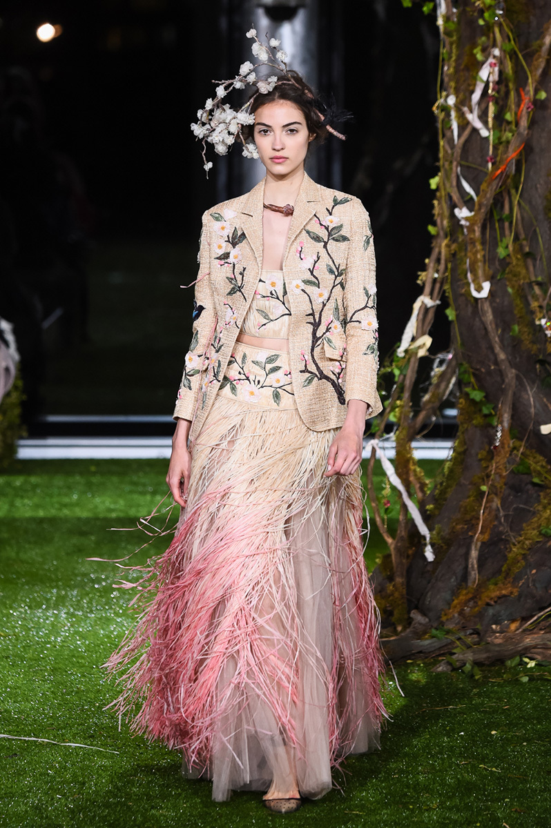 Populaire maria grazia chiuri extends her dior haute couture collection in  HZ87
