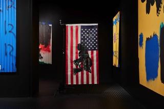 PANORAMICA INSTALLAZIONE DI AWOL ERIZKU: MAKE AMERICA GREAT AGAIN, 20 APRILE - 2 GIUGNO 2017, BEN BROWN FINE ARTS, LONDRA. FOTOGRAFIA: TOM CARTER