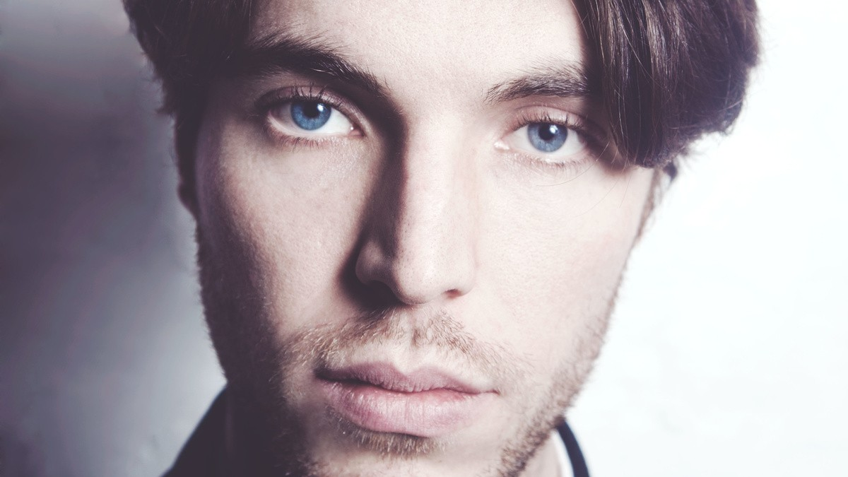 please hold! tom hughes stars in 8 minutes idle