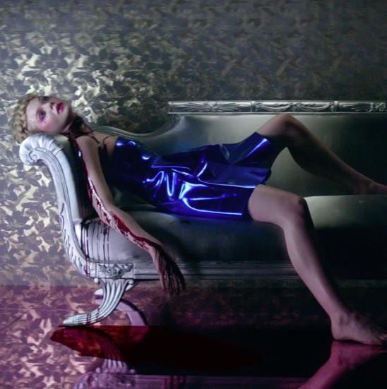 elle-fanning-and-abbey-lee-are-murderous-models-in-the-neon-demon-trailer-1460692081.jpg (548×551)