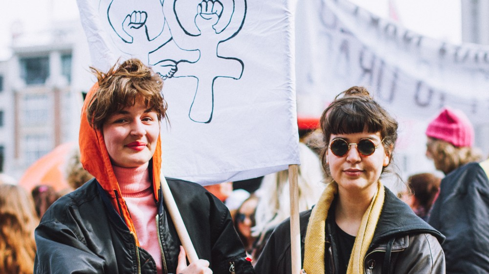 demonstreren voor solidariteit tijdens de women's march in amsterdam
