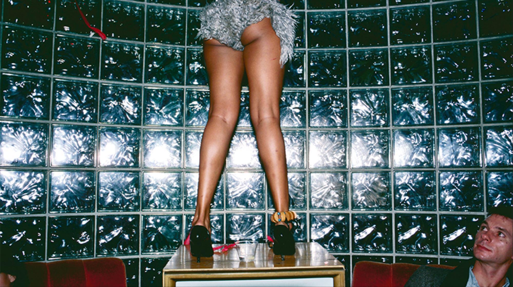 fotografiando los tacones y el hedonismo de los 80 en ny